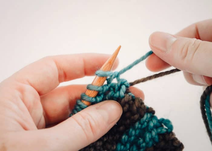 Alternating yarns in a knitting project